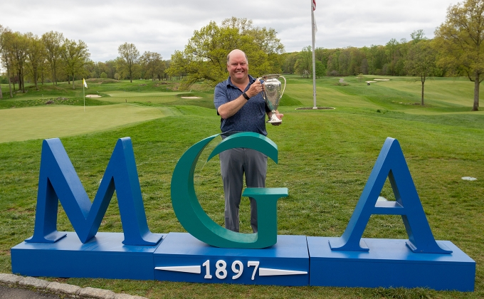 Roddy McRae with the MGA Senior Amateur trophy with MGA signage