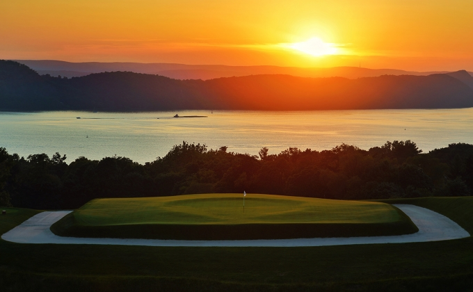 Sleepy Hollow's Par-3 16th with the Hudson River in the background