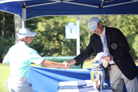Golfer and Volunteer shaking hands