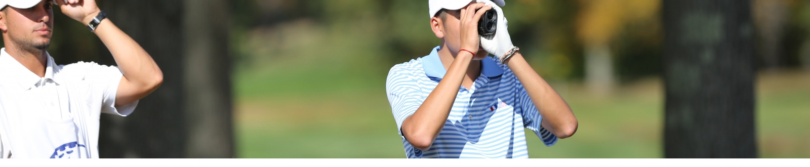 Golfer using range rinder